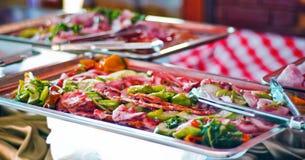 Bandeja de Sarving con las verduras y el prosciutto en una tabla de comida fría Imágenes de archivo libres de regalías