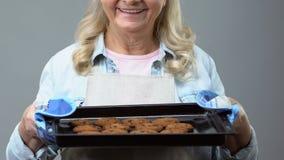 Bandeja de sorriso com cookies caseiros, receita da terra arrendada da avó da sobremesa, pastelaria video estoque