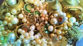 A bandeja de vítreo, de brassy, as joias e as quinquilharias brilham fotos de stock