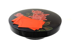 Bandeja decorativa chinesa do ano novo e pacotes vermelhos Fotografia de Stock Royalty Free