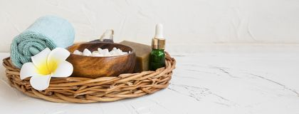 Bandeja del balneario con los productos y la flor, aún vida del baño Foto de archivo