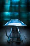 Bandeja del depósito de cadáveres en un depósito de cadáveres sucio Imágenes de archivo libres de regalías