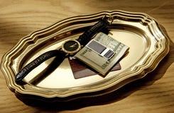 Bandeja del oro con los items personales del hombre de negocios Fotografía de archivo