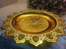 Bandeja del oro en templo Imagenes de archivo