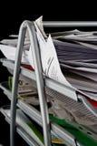 Bandeja del papel sucia con los papeles Foto de archivo