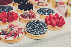 Bandeja del postre de las tartas de la fruta y de la baya clasificada al aire libre Foto de archivo libre de regalías