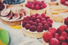 Bandeja del postre de las tartas de la fruta y de la baya clasificada al aire libre Fotografía de archivo
