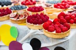 Bandeja del postre de las tartas de la fruta y de la baya clasificada al aire libre Fotos de archivo libres de regalías