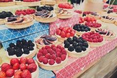 Bandeja del postre de las tartas de la fruta y de la baya clasificada al aire libre Imagen de archivo