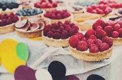 Bandeja del postre de las tartas de la fruta y de la baya clasificada al aire libre Fotos de archivo