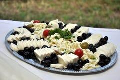 Bandeja del queso y de la aceituna Imágenes de archivo libres de regalías