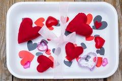 Bandeja del supermercado por completo de corazones del amor Fotos de archivo