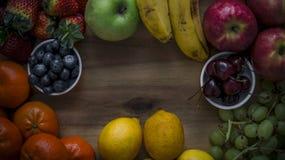 Bandeja deliciosa dos frutos na placa de madeira Fotografia de Stock Royalty Free