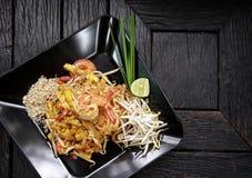 A bandeja denominada tailandesa do ` tailandês da almofada do ` fritou macarronetes com camarão fotografia de stock