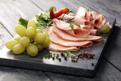 Bandeja do alimento com salame delicioso, partes de presunto cortado, salsicha, tomates, salada e vegetal - bandeja da carne com  Imagens de Stock Royalty Free