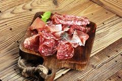 Bandeja do alimento com salame delicioso, presunto cru e crudo ou ja italiano imagens de stock