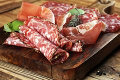 Bandeja do alimento com salame delicioso, presunto cru e crudo ou ja italiano fotografia de stock royalty free