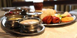 Bandeja do alimento com vegetal, arroz, salada, limão, rolos, o pimentão verde etc. fotografia de stock