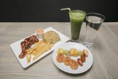 Bandeja do alimento de Iftar para o mês da ramadã imagens de stock