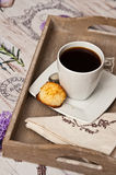 Bandeja do café com cookie Fotografia de Stock
