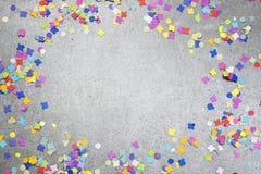 Bandeja do ferro fundido em um fundo concreto backgroundBirthday do grunge ou do feriado com confetes coloridos fotografia de stock royalty free