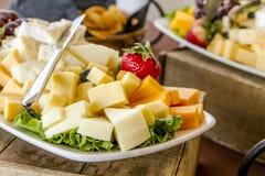 Bandeja do fruto e de queijo na exposição Fotos de Stock
