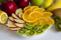 bandeja do fruto em um isolado branco da placa com fruto imagem de stock