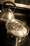 Bandeja do molho e chaleira de chá imagens de stock