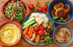 Bandeja do Oriente Médio do vegetariano na placa de madeira foto de stock royalty free