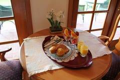 Bandeja do pequeno almoço de frutas e de queques Imagem de Stock
