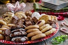Bandeja do presente da cookie do feriado com produtos de forno sortido Fotos de Stock Royalty Free
