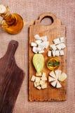 Bandeja do queijo decorada na placa de madeira rústica Foto de Stock Royalty Free