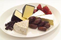Bandeja do queijo e da fruta Fotografia de Stock