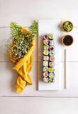 Bandeja do sushi do maki do alimento japonês mini na tabela de madeira branca Fotos de Stock