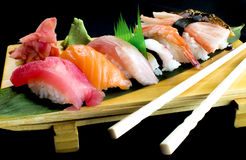 Bandeja do sushi e do rolo de Sushimi Fotos de Stock Royalty Free