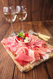 Bandeja dos Antipasti de carne Cured, jamon, azeitonas, salsicha, salam Imagens de Stock Royalty Free