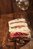 Bandeja dos Antipasti de carne Cured, jamon, azeitonas, salsicha, salam Fotos de Stock Royalty Free