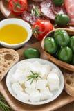 bandeja dos antipasti - queijo de feta fresco, carnes do supermercado fino, azeitonas Imagens de Stock