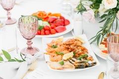Bandeja dos peixes Placa com marisco na tabela, petiscos no banquete, banquete do casamento, ajuste da tabela, alimento do jantar imagem de stock royalty free