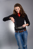 Bandeja e spatula da preensão da mulher fotografia de stock royalty free