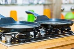 Bandeja em um fogão de gás na cozinha moderna foto de stock royalty free