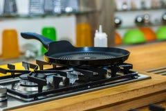 Bandeja em um fogão de gás na cozinha moderna fotos de stock