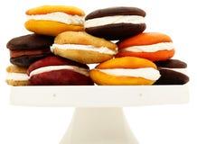 Bandeja empilhada com variedade de tortas de Whoopie Imagens de Stock Royalty Free