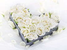 Bandeja en forma de corazón por completo de rosas blancas de la boda Fotografía de archivo