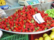 Bandeja grande con las fresas Foto de archivo libre de regalías