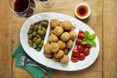 Bandeja italiana sana del aperitivo con las bolas Arancini, Gre del Risotto Imagen de archivo