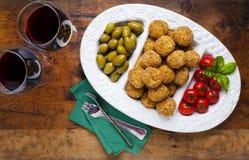 Bandeja italiana sana del aperitivo con las bolas Arancini, Gre del Risotto Imágenes de archivo libres de regalías