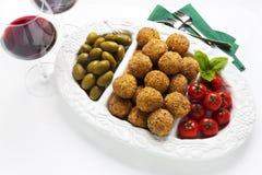 Bandeja italiana sana del aperitivo con las bolas Arancini, Gre del Risotto Fotos de archivo