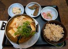 Bandeja japonesa do jantar na bandeja foto de stock