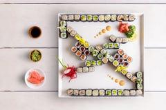 Bandeja japonesa do maki do alimento com o vário do sushi do maki Imagem de Stock